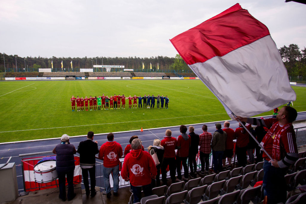 Waldstadion Ludwigsfelde Mannschaft feiert mit Fans